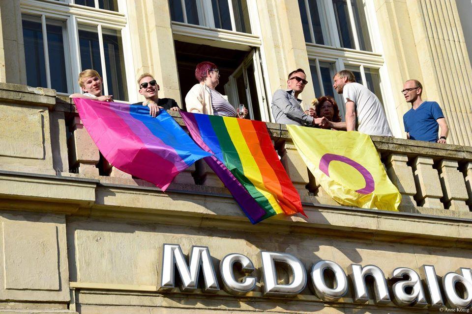 Regenbogenfahne zieht in Magdeburgs Mitte